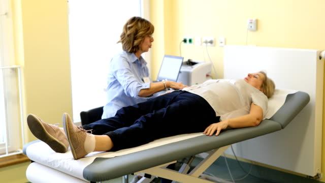 arzt untersucht seine patienten magen - menschlicher verdauungstrakt stock-videos und b-roll-filmmaterial