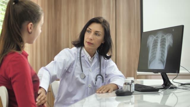 Arzt untersucht, Patienten auf Magen – Video