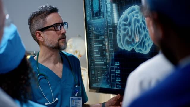 vídeos de stock e filmes b-roll de doctor explaining diagnosis to colleagues - cérebro humano
