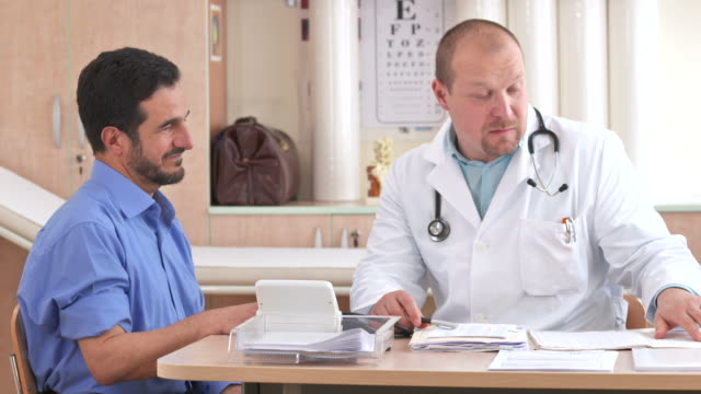 HD: Médico explicando afección médica - vídeo