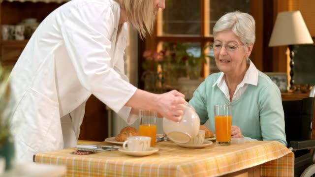 TU prendre un thé avec son médecin senior féminin patient - Vidéo