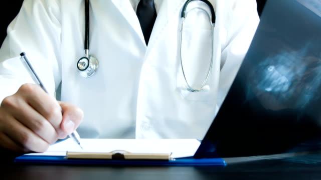 vídeos y material grabado en eventos de stock de doctor holding de rayos x - columna vertebral humana