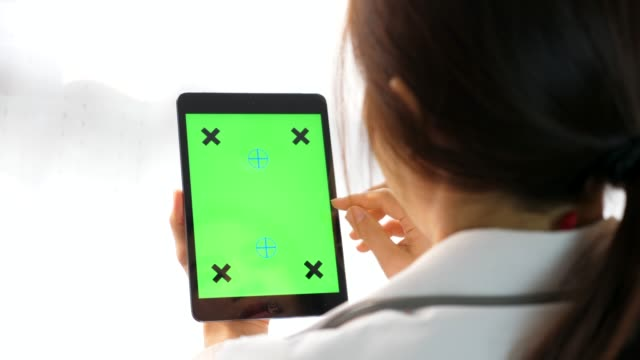 ドクターは、グリーンスクリーンタブレットコンピュータを保持します ビデオ