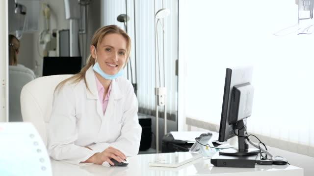 Médico en la oficina de trabajo en equipo - vídeo