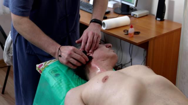 médecin fait massage au bureau - Vidéo