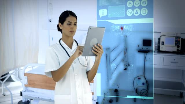 vidéos et rushes de médecin, regardant les icônes médicales générées numériquement sur tablette - equipement médical