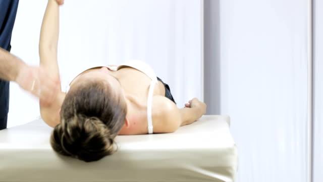 Thérapeute manuel médecin palpe les articulations de la main d'une jeune fille - Vidéo