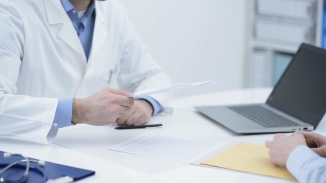 彼のオフィスで患者を満たす医師 - 処方箋点の映像素材/bロール