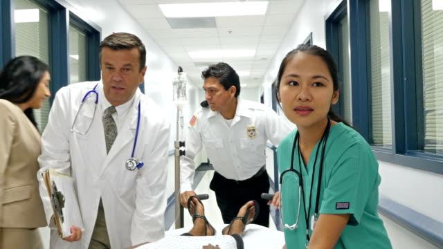 医師、看護師、動物の歯プッシュ患者ダウン病院の廊下 ビデオ