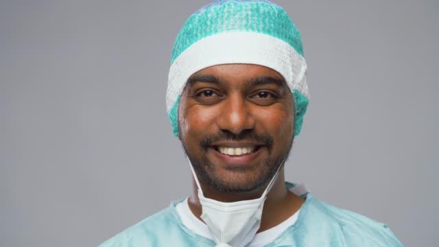 läkare eller vetenskapsman tar mask och skyddsglasögon av video