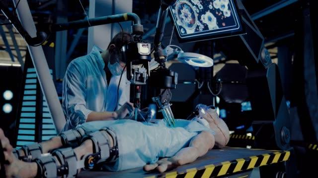 vídeos y material grabado en eventos de stock de el médico realiza la operación con la ayuda de herramientas y equipos, la pantalla de observación funciona. alien se encuentra en la mesa de operaciones, se realiza una autopsia. - autopsia