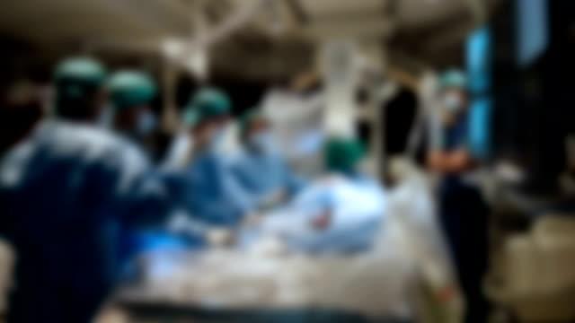 vídeos de stock e filmes b-roll de doctor prepare equipment for percutaneous tranluminal coronary angioplasty - artéria coronária
