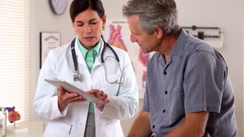 vídeos de stock e filmes b-roll de médico partilha de futuros procedimentos médico do doente. - doutor
