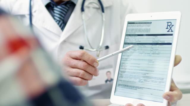 vidéos et rushes de documents montrant médecin sur tablette - expliquer
