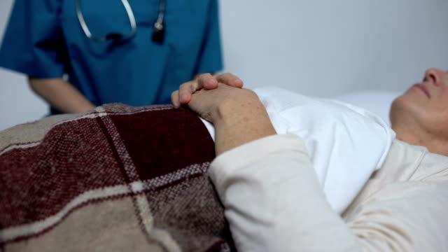 末期女性を支援する医師, 養護老人ホームにおける適切なケア ビデオ