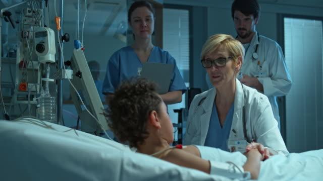 DS médico falando de criança doente em ICU - vídeo