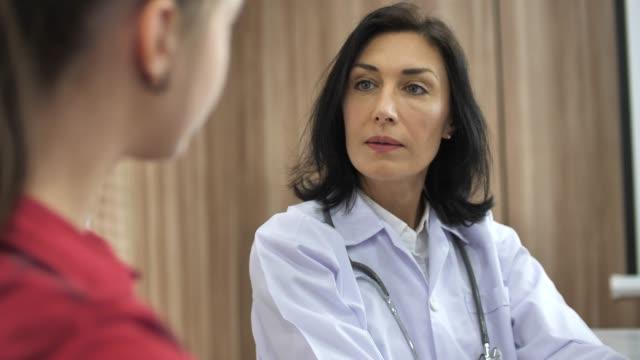 arzt im gespräch mit patienten - patientin stock-videos und b-roll-filmmaterial
