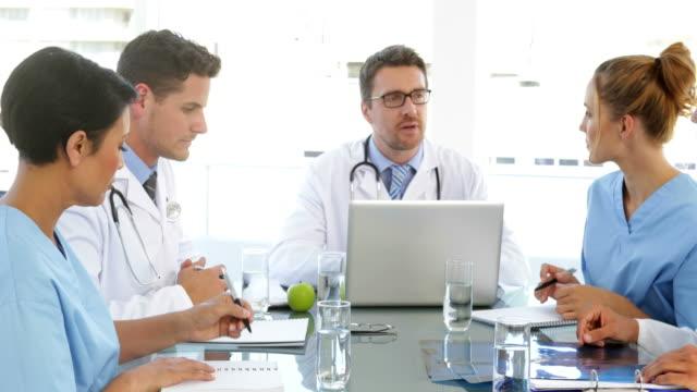 Hablar con su médico personal durante una reunión - vídeo