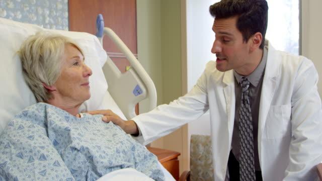 Médico con paciente Senior conversaciones en la cama de Hospital toma en R3D - vídeo