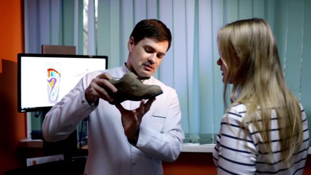 vídeos y material grabado en eventos de stock de hablar con el médico sobre las ventajas de una mujer zapatos - columna vertebral humana
