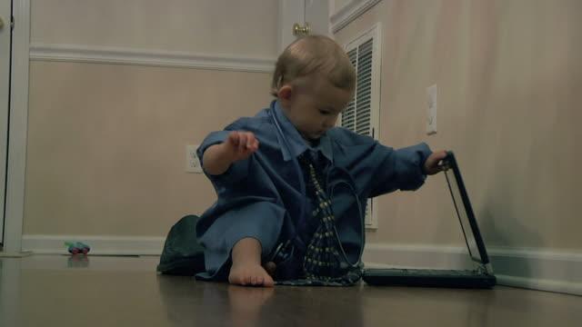 medico bambino piccolo - solo neonati maschi video stock e b–roll