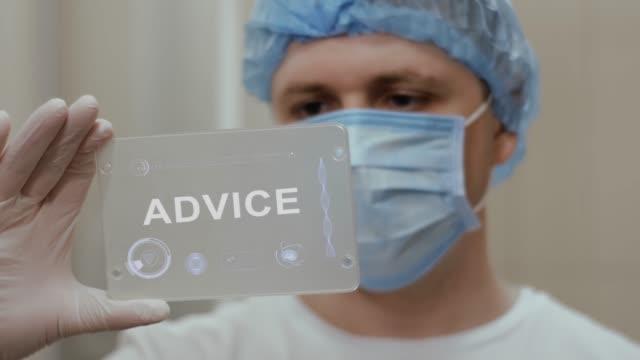 vídeos de stock, filmes e b-roll de o doutor usa a tabuleta com texto conselho - assistente jurídico