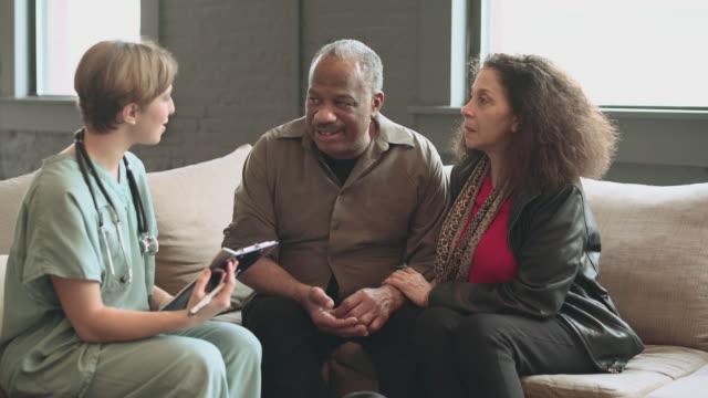 läkare besöker senior mannen hemma - videor med medicinsk undersökning bildbanksvideor och videomaterial från bakom kulisserna