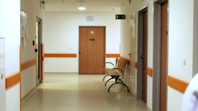 医師は、病院の廊下を歩く - 廊下点の映像素材/bロール