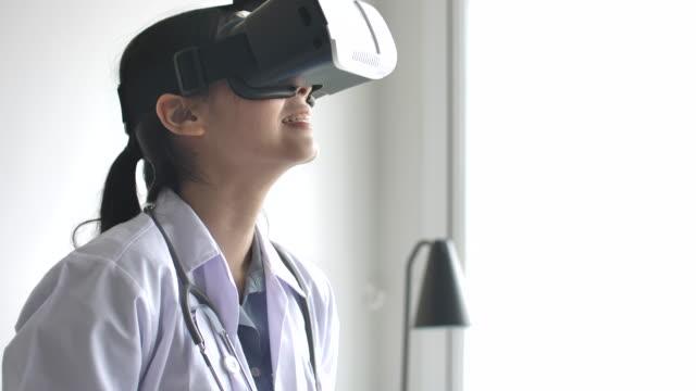 arzt, virtual-reality-brille bei simulierten medizinische untersuchung mit digital tablet - augenheilkunde stock-videos und b-roll-filmmaterial