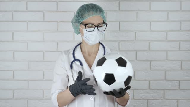 doctor with a soccer ball. - pochodzenia rosyjskiego filmów i materiałów b-roll