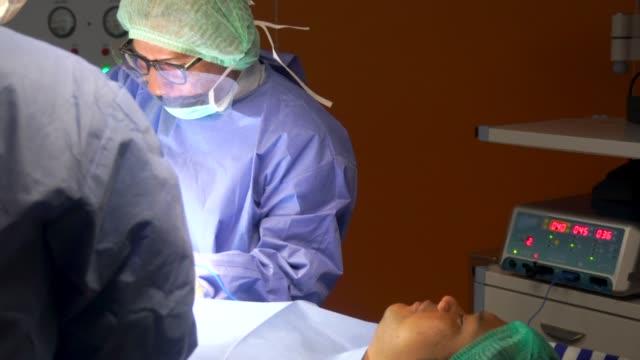 doctor work in operation room - rana filmów i materiałów b-roll