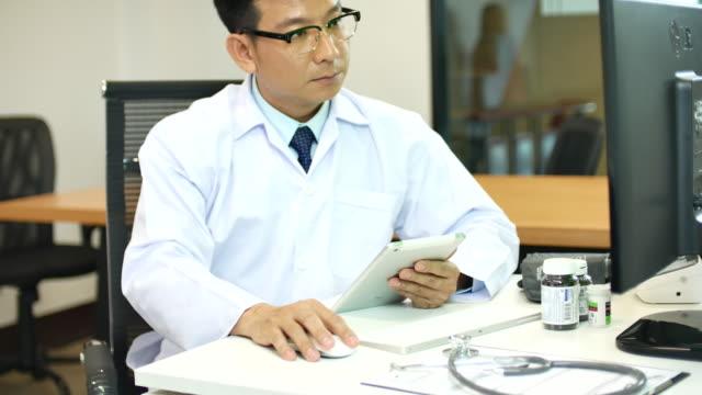 Arzt arbeiten bei Desktop-Computern. – Video