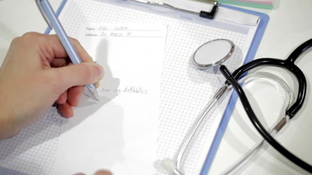 medico prescrizione di scrittura - prescrizione medica video stock e b–roll