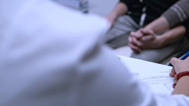 의사가 쓰는 치료. 에이즈에 대 한 대기 하는 게이 커플 테스트 결과 - aids 스톡 비디오 및 b-롤 화면
