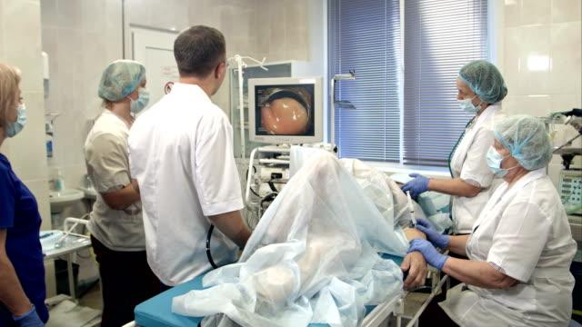 Artsen voeren procedure in endoscopie kamer video