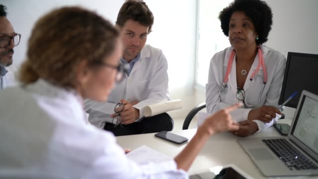 vídeos de stock e filmes b-roll de doctors discusses something during conference / meeting - clínica médica