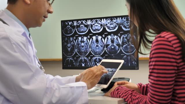 医師を調べる画像 x 線脳 MRI スキャンの患者 ビデオ