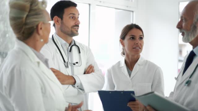 läkare i ett möte. - vårdklinik bildbanksvideor och videomaterial från bakom kulisserna
