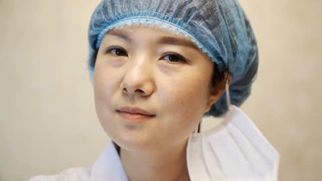 doktorlar maske leri ve gözlükleri çıkarıyor - maske stok videoları ve detay görüntü çekimi
