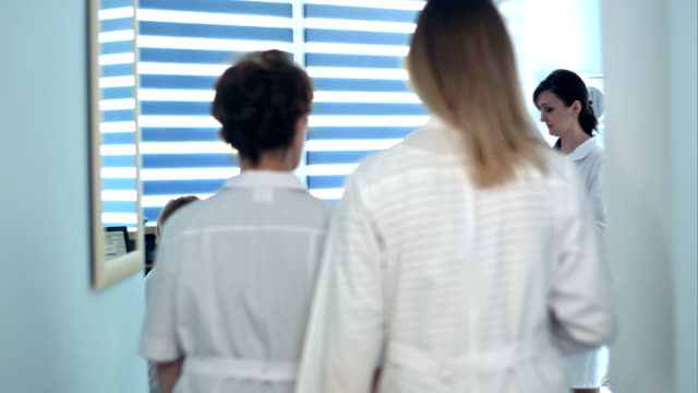 läkare granska patientens mappar på sjukhuset reception - hospital studio bildbanksvideor och videomaterial från bakom kulisserna