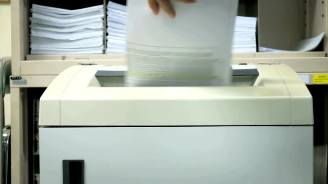 vídeos de stock, filmes e b-roll de retalhadora de documento em ação. - roubo de identidade