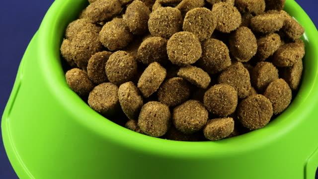 vídeos de stock e filmes b-roll de comida de cão zoom out hd - dog food
