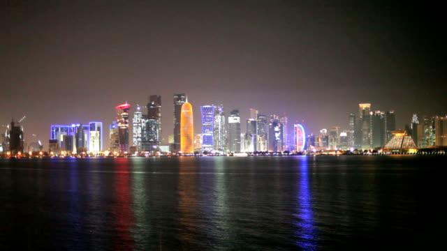 vidéos et rushes de vue nocturne sur les toits de doha, au qatar - doha
