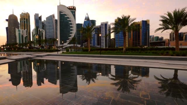vidéos et rushes de horizon de doha west bay - doha