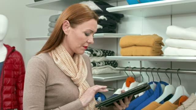 vídeos y material grabado en eventos de stock de dolly hd: realizar un inventario en la habitación - gerente de cuentas