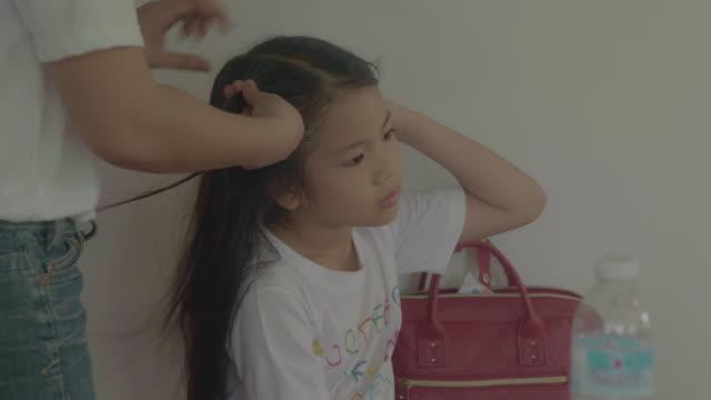 att göra dotters hår - cosy pillows mother child bildbanksvideor och videomaterial från bakom kulisserna