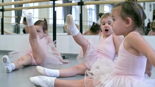 足のストレッチ体操を行う - チュール生地点の映像素材/bロール