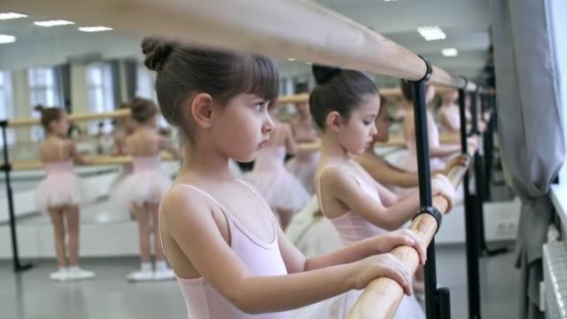 vidéos et rushes de faire plie avec barre de ballet - justaucorps