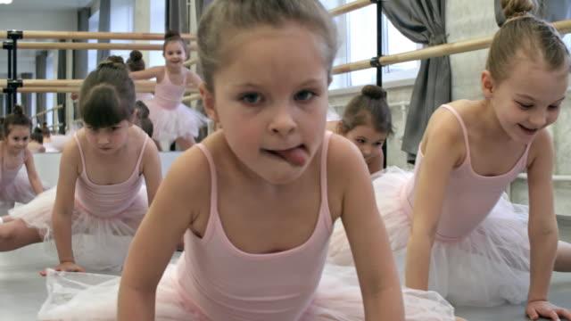 Tun Seite teilt sich in Ballett-Klasse – Video