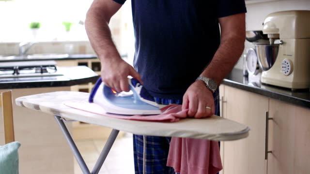 Das Bügeln zu tun – Video